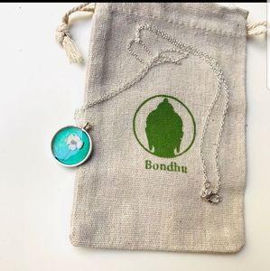 Bondhu resin daisy flower pendant silver necklace